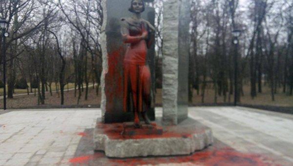 Монумент  Елене Телиге вБабьем Яру облили красной краской