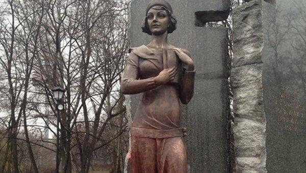 ВБабьем Яру ночью облили краской монумент Елене Телиге