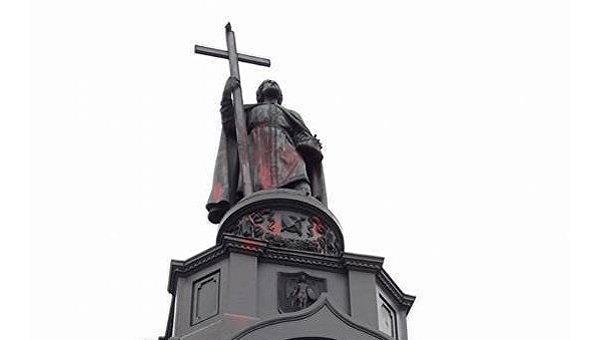 Памятник князю Владимиру облит красной краской