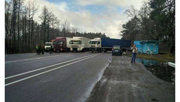 Перекрытие международной трассы в Ровенской области копателями янтаря
