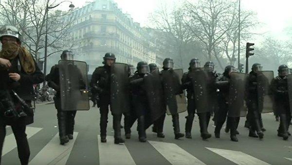 Тысячи демонстрантов призывают закончить полицейский произвол встолице франции
