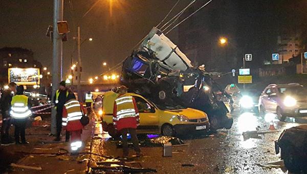 НаКиевщине случилось  масштабное ДТП сучастием четырех авто : двое погибших