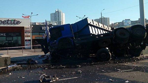 ВКиеве движение наЮжном мосту ограничено из-за дорожно-траспортного происшествия
