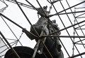Неизвестные отпилили часть памятника Щорсу