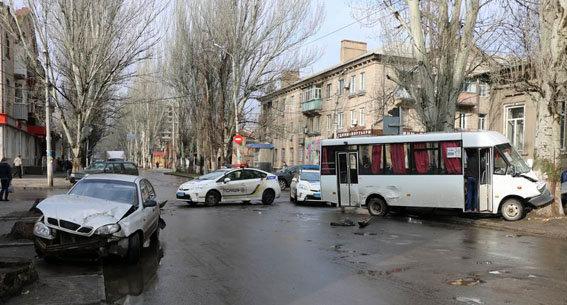 ВДонецкой области столкнулись легковой автомобиль имаршрутка, пострадали 9 человек