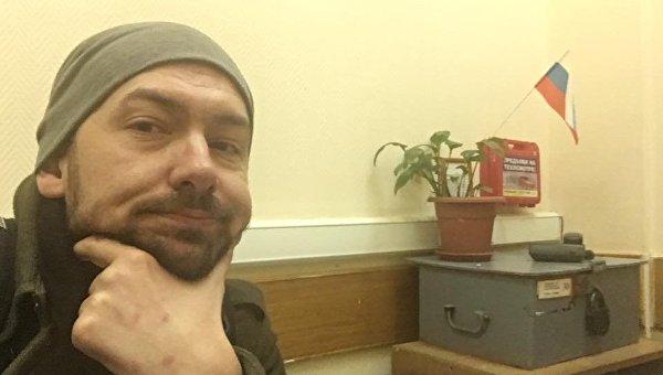 Журналист Роман Цимбалюк в одном из отделений полиции в Москве