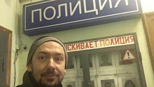 Журналист Роман Цимбалюк после того, как его отпустили из отделения полиции в Москве