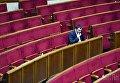 Депутат в пустом зале Верховной Рады. Архивное фото