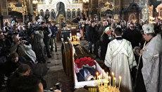 Отпевание Дениса Вороненкова. Люди возле Владимирского собора в Киеве
