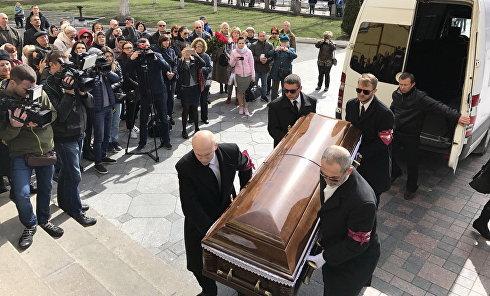 Гроб с телом Дениса Вороненкова доставили во Владимирский собор в Киеве