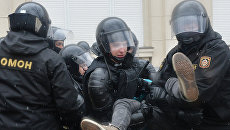 Сотрудники ОМОНа задерживают мужчину во время несанкционированной акции оппозиции в Минске
