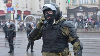 Сотрудник правоохранительных органов на улиц Минска во время несанкционированной акции оппозиции. Архивное фото