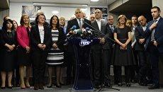 Лидер политической партии Граждане за европейское развитие Болгарии (ГЕРБ) Бойко Борисов (в центре) в штабквартире партии ГЕРБ