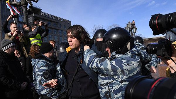 Сотрудники полиции и участники несанкционированной акции на Пушкинской площади в Москве