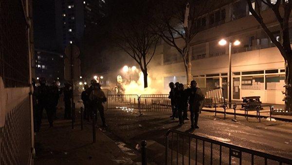 Встолице франции впроцессе протестов ранены трое полицейских
