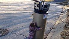 Девочка, обнявшая робота, стала звездой YouTube