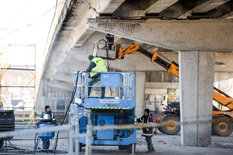 Ремонт путепровода над станцией метро Нивки в Киеве