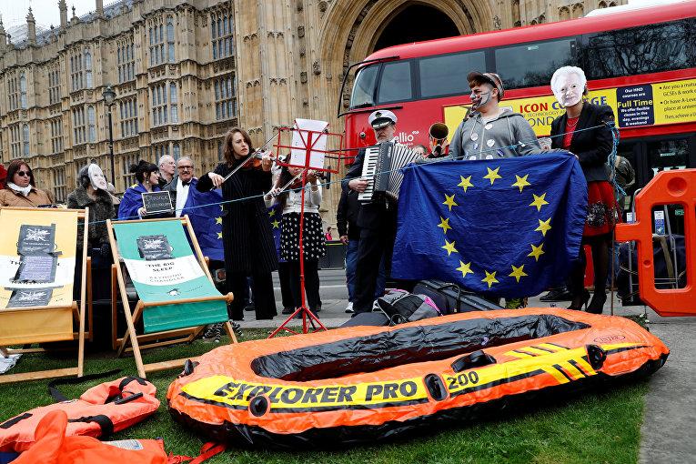 Протестующие  у парламента после віступления премьер-министра Великобритании Терезы Мэй