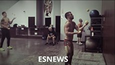 Ломаченко и Усик синхронно жонглировали мячами на тренировке