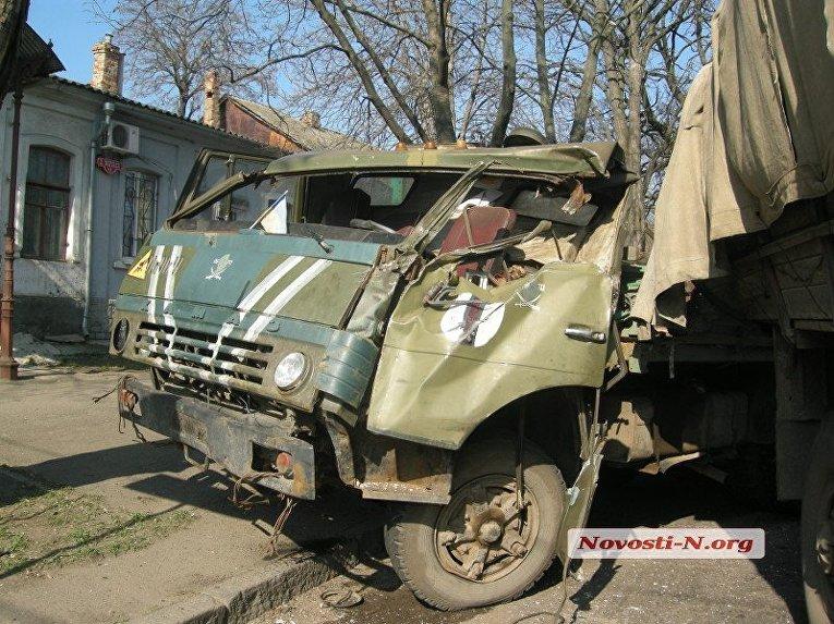 В центре Николаева столкнулись два армейских грузовика — водитель в тяжелом состоянии