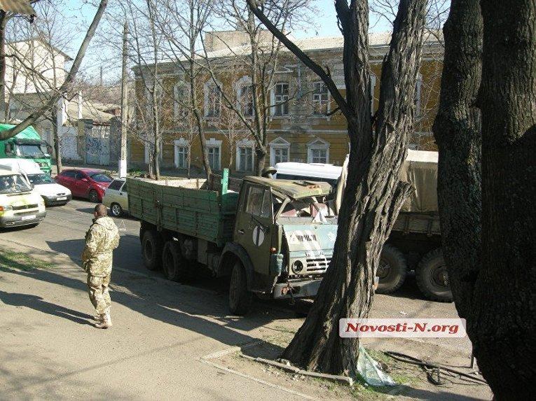 В центре Николаеве столкнулись два армейских грузовика — водитель в тяжелом состоянии