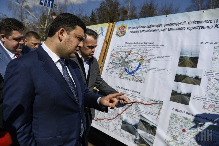Премьер-министр Украины Владимир Гройсман ознакомился с ходом ремонтных работ на дорогах Житомирской области