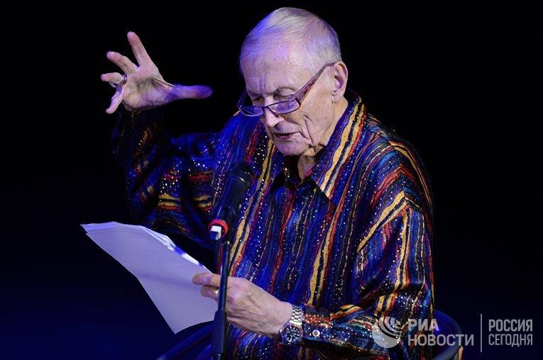 Поэт Евгений Евтушенко на творческом вечере