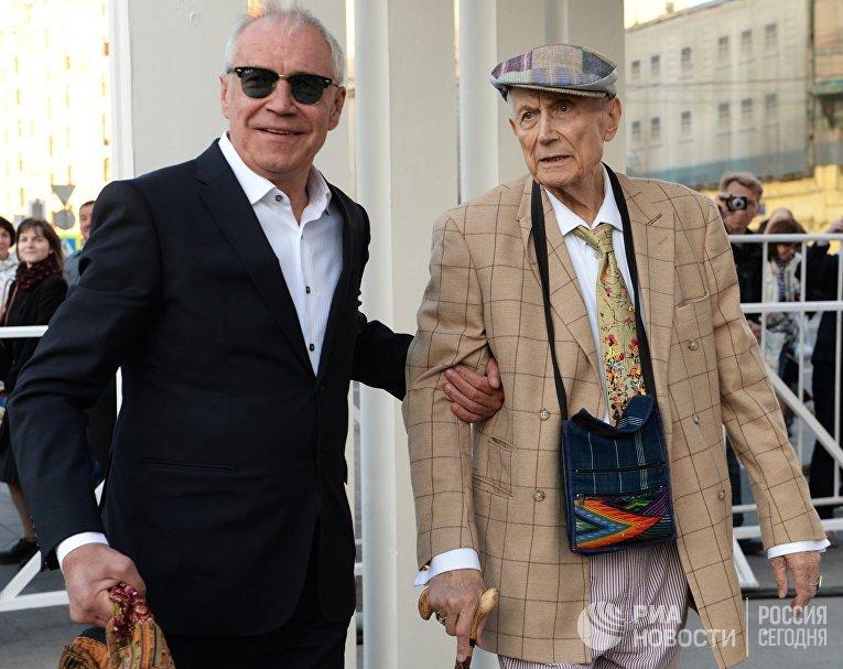 Актер Сергей Гармаш (слева) и поэт Евгений Евтушенко на праздновании юбилея театра Современник