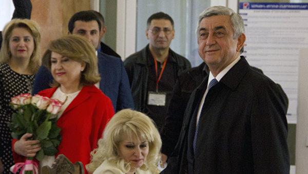 Президент Армении Серж Саргсян голосует на выборах в Национальное собрание