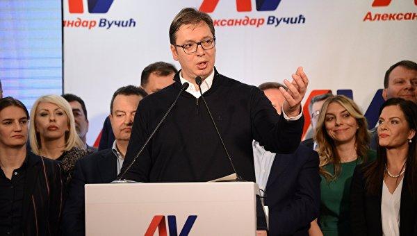 Председатель правительства Сербии Александр Вучич, лидирующий на выборах президента Сербии, в предвыборном штаб в Белграде