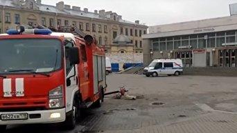 Онлайн-трансляция с улицы близ выхода со станции метро в Санкт-Петербурге. Видео