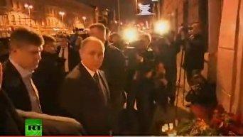 Владимир Путин возложил цветы у станции место в Санкт-Петербурге. Видео
