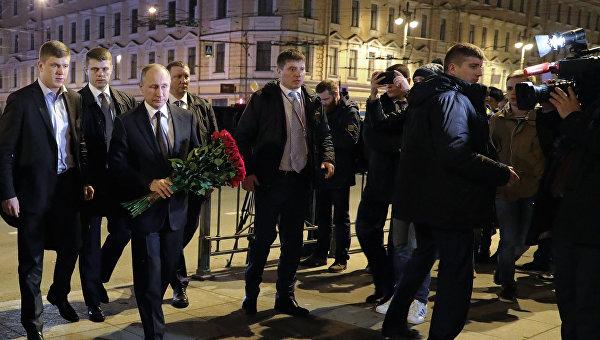 Президент РФ В. Путин возложил цветы у станции метро Технологический институт