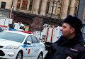 Сотрудники правоохранительных органов у станции метро в Санкт-Петербурге
