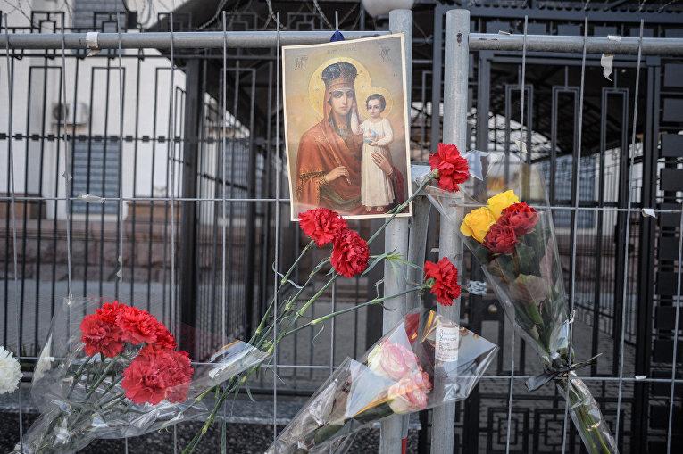 Люди несут цветы к посольству России в Киеве в память о погибших в результате взрыва в метро в Санкт-Петербурге