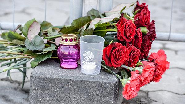 Цветы у посольства России в Киеве в память о погибших в результате взрыва в метро в Санкт-Петербурге