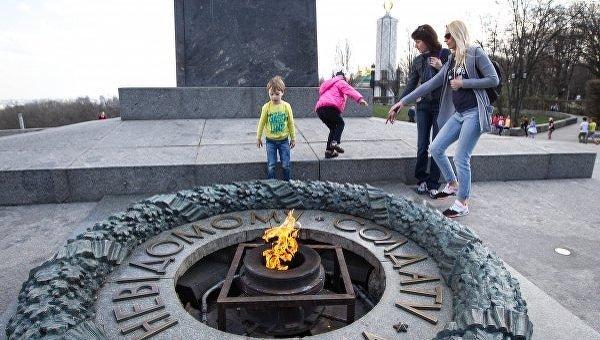Неизвестные украли четыре бронзовые детали Вечного огня в парке Славы в Киеве