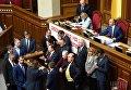 Члены фракции Радикальной партии во главе с председателем фракции Олегом Ляшко блокируют трибуну парламента во время заседания Верховной Рады Украины