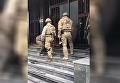 Бойцы СБУ прорвались в Укрнафту с оружием и болгаркой. Видео