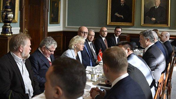 Петр Порошенко провел встречу с депутатами и спикером парламента Пией Кьерсгор