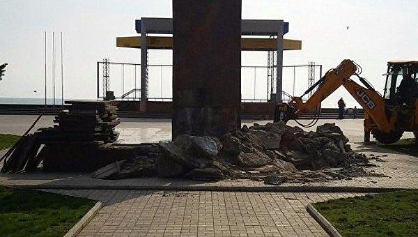 В Бердянске продолжается демонтаж памятника Ленину