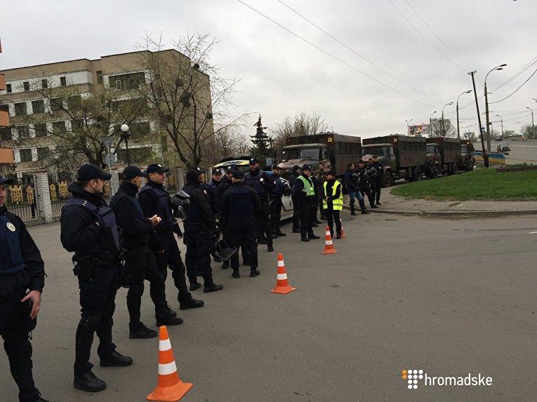 Правоохранители под зданием Оболонского районного суда Киева, который рассматривает дело Торнадо