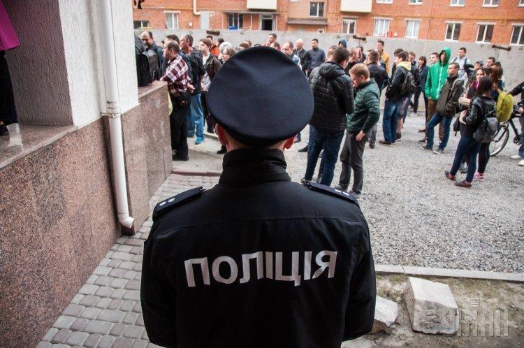 В Полтаве митингующие под стенами мэрии требуют созвать внеочередную сессию горсовета