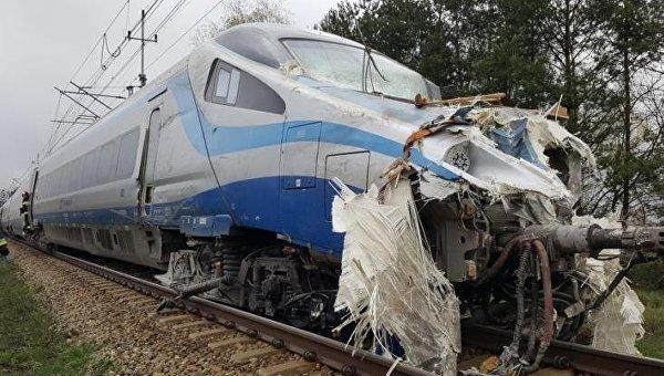 ВПольше пассажирский поезд столкнулся с фургоном
