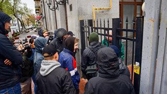 Национальный корпус блокирует здание Россотрудничесва