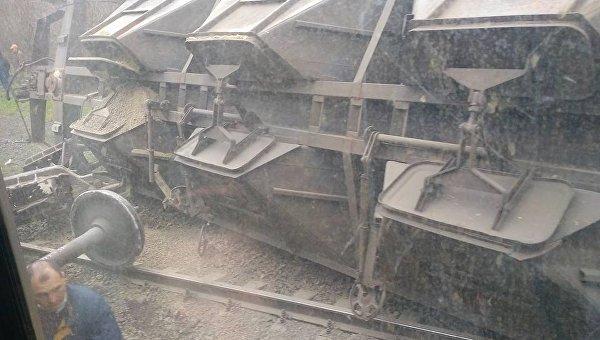 Под Мариуполем сошел срельсов грузовой поезд