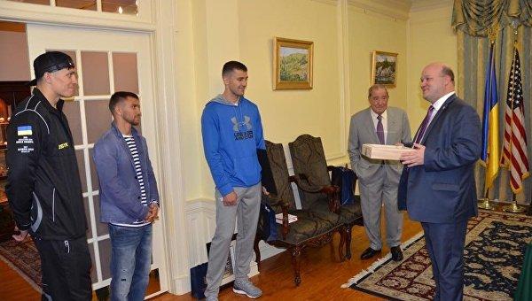 Усику, Ломаченко и Гвоздику подарили флаг с крыши посольства Украины в Вашингтоне