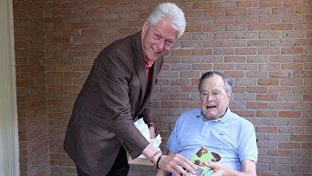 Билл Клинтон навестил Джорджа Буша-старшего и подарил ему носки
