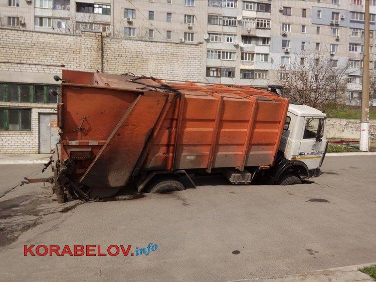ВНиколаеве вдыру надороге провалился мусоровоз