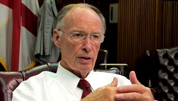 Губернатор Алабамы подал вотставку из-за связи спомощницей